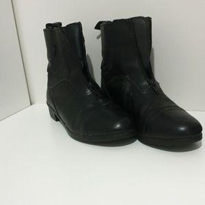 Im selling Australia size 9 horse riding shoes